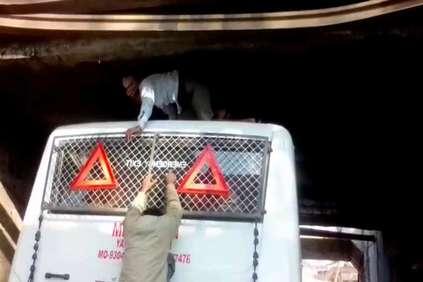 मस्ती के लिए बस की छत पर हुए थे सवार तभी अंडर ब्रिज में जा फंसी जान