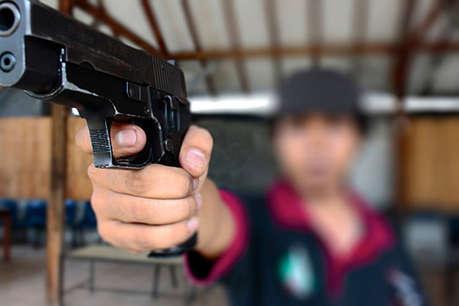 लड़की ने दोस्त के साथ खाने की चीज शेयर करने से किया इनकार, तो लड़के ने तान दी बंदूक!