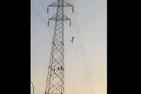 30 हजार वोल्ट का झटका लगा, 100 फीट ऊपर से गिरा फिर भी जिंदा!