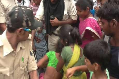 बच्चे को फुसला कर ले जा रही थी महिला, पकड़ कर लोगों ने की धुनाई