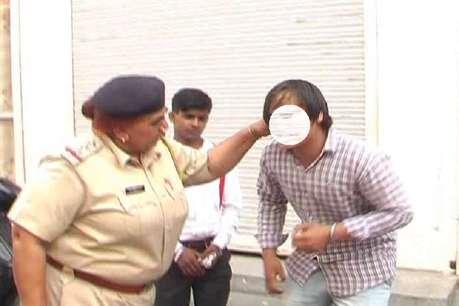 दुर्गा बनीं महिला पुलिस, छेड़खानी करने वालों से करवाया दंड बैठक
