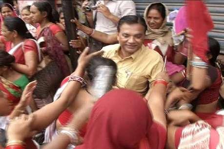 पटना की सड़कों पर दिखी आंगनबाड़ी सेविकाओं की 'दबंगई', राहगीरों पर छोड़ा हाथ