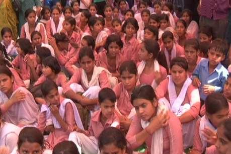 गुरुग्राम: विधायक के आश्वासन के बाद छात्राओं ने खत्म किया धरना