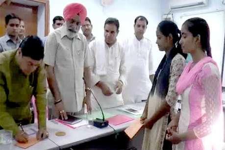 प्रभारी मंत्री सुरेंद्र पाल ने प्रतिभाशाली छात्राओं को दिए 10-10 हजार रुपए