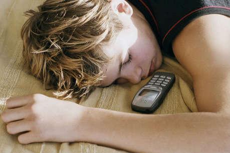 जो लोग अपना मोबाइल बिस्तर में नहीं ले जाते, वे ज्यादा खुश रहते हैं