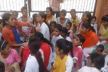 स्कूल अपग्रेडेशन को लेकर अब पलवल में भी धरने पर बैठी छात्राएं
