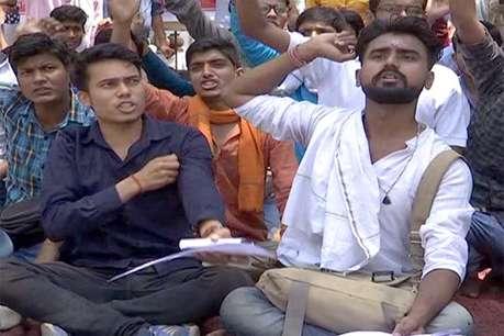 क्रमिक अनशन पर बैठे छात्रों ने हिंदी विश्वविद्यालय पर जड़ा तला