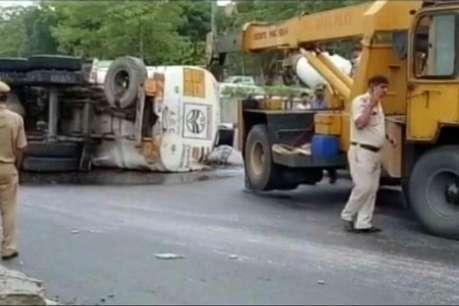 दिल्ली: मूलचंद अंडरपास पर टैंकर पलटने से सड़क पर फैला 20,000 लीटर पेट्रोल