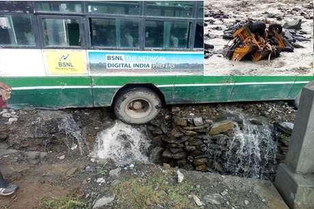 जानलेवा बारिश, JCB संग बहा चालक, चंबा में 22 सवारियों से भरी बस हादसे का शिकार होते-होते बची