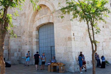 यरूशलम हमले के बाद सुरक्षा कड़ी, पवित्र स्थल बंद