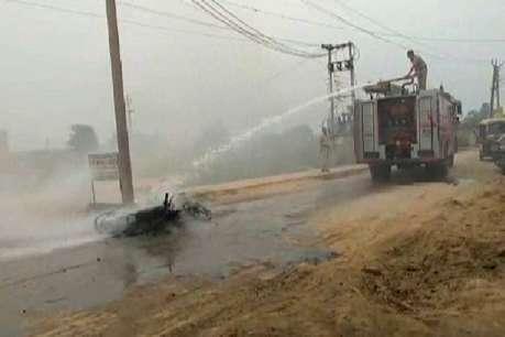 चलती बाइक में लगी आग, युवक ने कूद कर बचाई जान