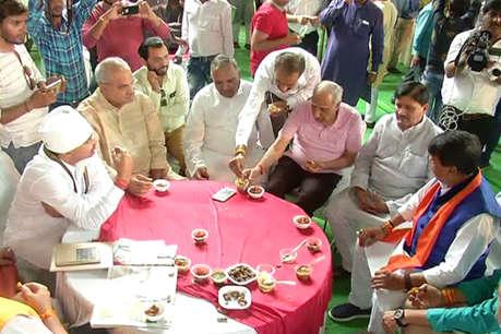 कैलाश विजयवर्गीय की 'भुट्टा पार्टी' में मंत्रियों ने जमकर उठाया भुट्टे का लुत्फ