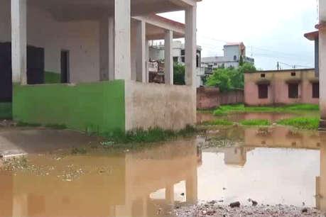 मानसून में टापू बन जाता है यह स्कूल, पानी भरने से फैल रही कई बीमारियां
