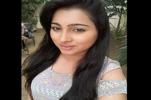 देखें: फेसबुक पर वायरल हुई पाकिस्तानी लड़की की सेल्फी, मिले लाखों लाइक