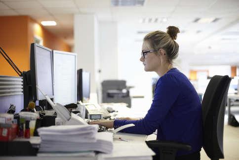 ऑफिस और घर के बीच क्यों पिसती हैं कामकाजी महिलाएं?
