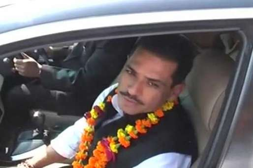 एयरपोर्ट पर भिड़े वाड्रा और 'शक्तिमान' वाले गणेश जोशी, 'फूल' बनी वजह