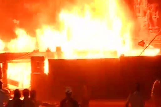 देखें: मुंबई में 'मेक इन इंडिया' के सेट पर लगी भीषण आग, मौजूद थीं कई हस्तियां