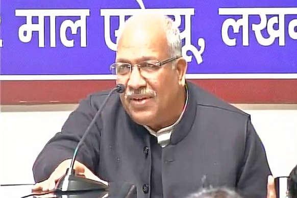 सपा के बर्खास्त मंत्री अम्बिका चौधरी ने 'साइकिल' छोड़ बसपा का दामन थामा