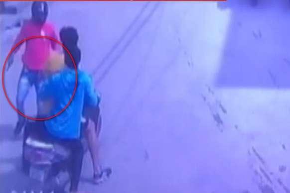 दिल्ली में युवक की दिनदहाड़े हत्या, सीसीटीवी में कैद वारदात