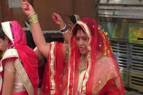 PHOTOS :  पति के लिए मंत्री जी ने लगाए चक्कर