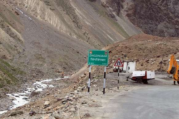 PHOTOS: लेह मार्ग पर भूस्खलन में फंसे 450 लोगों को ऐसे बचाया गया