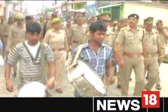 ढोल नगाड़ो के साथ अपराधियों के घर की कुर्की कर रही अमरोहा पुलिस