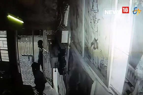 VIDEO: घर में सोते रहे लोग, चोर उड़ा ले गए मोबाइल फोन