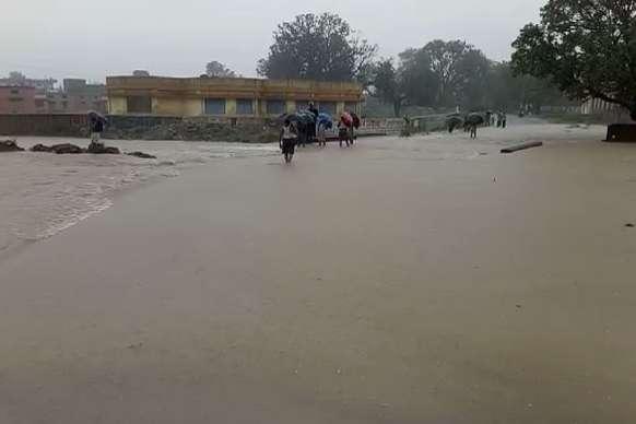 PHOTO: भारी बारिश में डूबा शहर, घरों में कैद हुए लोग