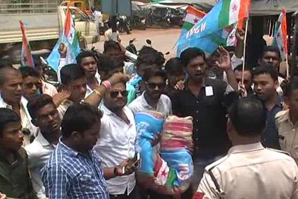 VIDEO:  कामधेनु विवि के कुलपति के खिलाफ एनएसयूआई का विरोध प्रदर्शन