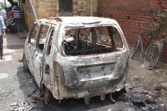 इलाहाबाद: कांवड़िए के ट्रक की चपेट में आने पर गुस्साए साथियों ने जमकार मचाया बवाल