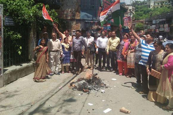 कांग्रेस कार्यकर्ताओं ने फूंका अल्मोड़ा में कृषि मंत्री का पुतला