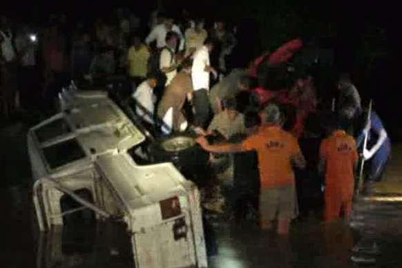 बाड़मेर में जीप व ट्रैक्टर समेत चार वाहन बहे, दो मरे