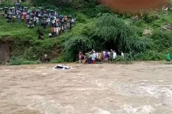 उदयपुर में पानी के तेज बहाव में बही जीप, महिला और बच्ची की मौत