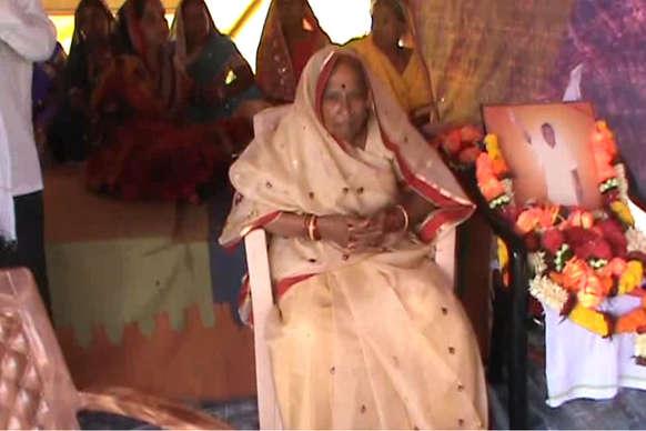 भ्रष्ट्राचार के विरोध में 85 वर्षीय बुजुर्ग मां के साथ सपरिवार आमरण अनशन पर