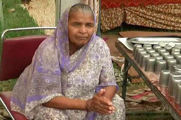 PHOTOS: पिछले 30 सालों से कांवड़ियों की सेवा में जुटी ये 70 साल की बुजुर्ग महिला