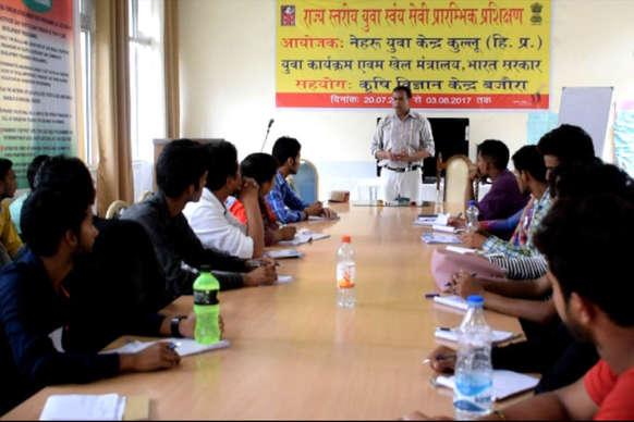 बजौरा में नेहरू युवा केंद्र के स्वयंसेवियों को दिए जा रहे व्यक्तित्व विकास के टिप्स
