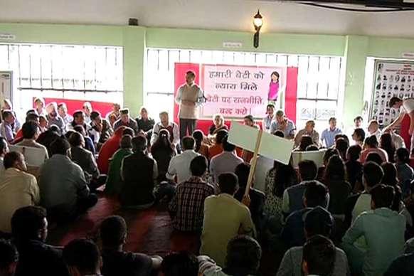 प्रदेश कांग्रेस कमेटी का प्रदर्शन, 2 घंटे रखा गया मौन