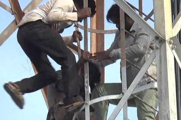 VIDEO: घर पर समाजवादी पार्टी का कब्जा, खाली करवाने को टावर पर चढ़ा मकान मालिक