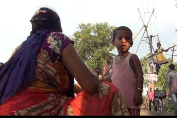 VIDEO : पेट के लिए जान हथेली पर लेकर करतब दिखा रही है नन्हीं सी बच्ची