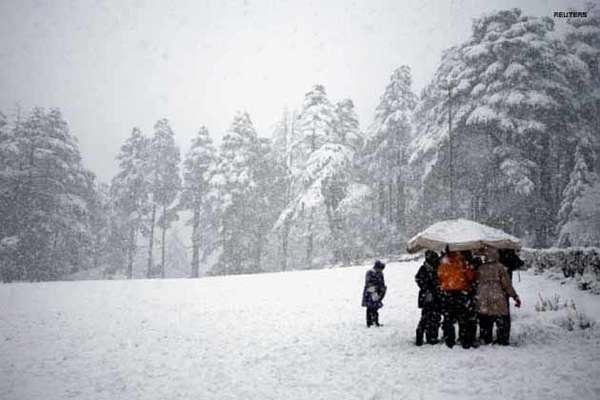 पहाड़ों में बर्फबारी तो मैदानों में बूंदाबांदी से गिरा पारा