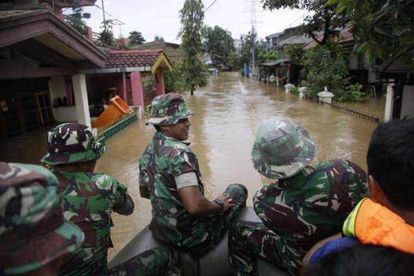 बाढ़ से बेहाल इंडोनेशिया, तस्वीरों में देखें जकार्ता का हाल
