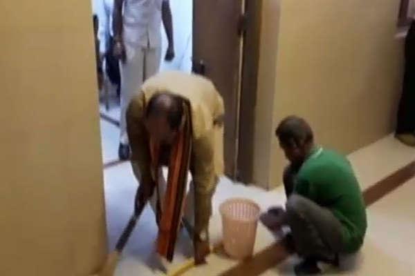 मंत्री जी लगाई अपने ऑफिस की झाड़ू, देखें वीडियो