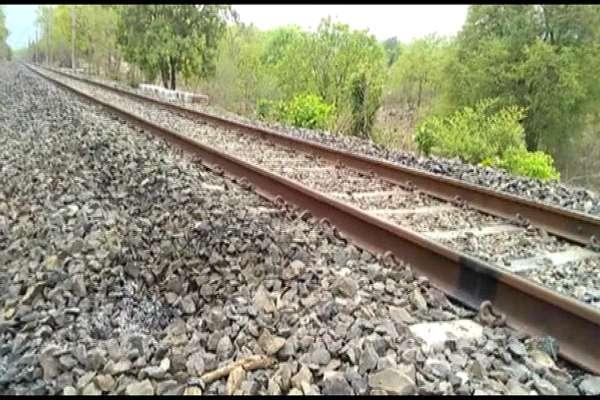 बोकारो में नक्सलियों के साथ मुठभेड़, रेलवे ट्रैक पर सीरीज बम विस्फोट