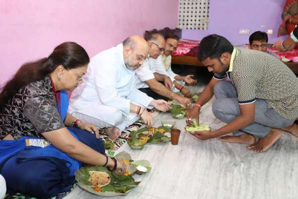 बीजेपी सुप्रीमो अमित शाह ने जयपुर में दलित के घर खाया खाना