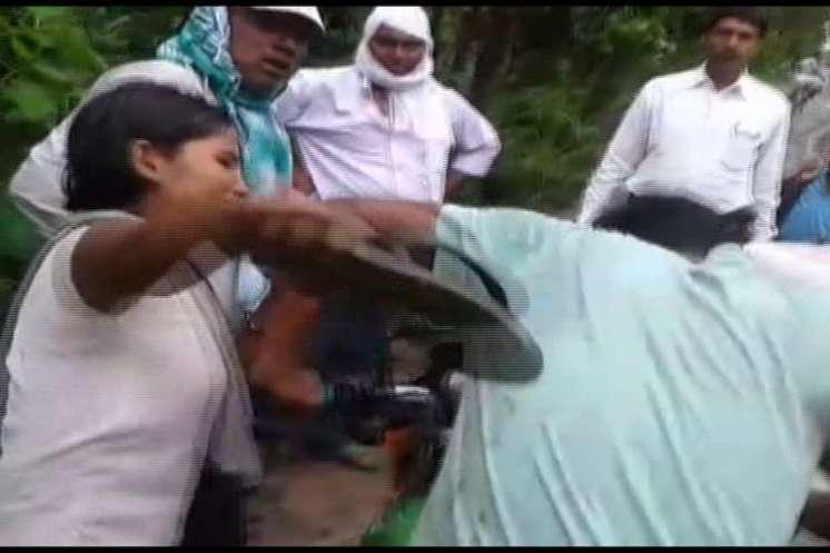 छेड़खानी कर रहे मनचले को लड़की ने चप्पल से धुना, पैर छूकर मांगने लगा माफी