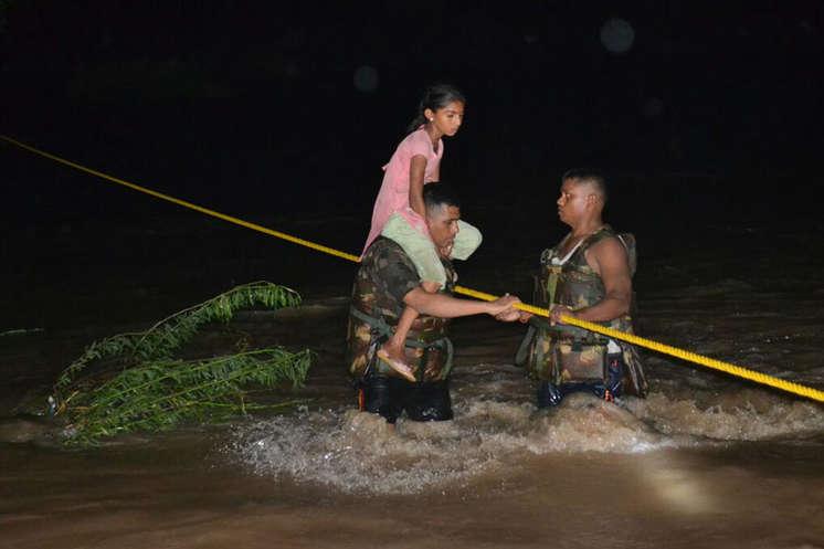 Rajasthan: सेना ने अंधेरे में भी जारी रखा रेस्क्यू ऑपरेशन, PHOTOS में देखें- हालात