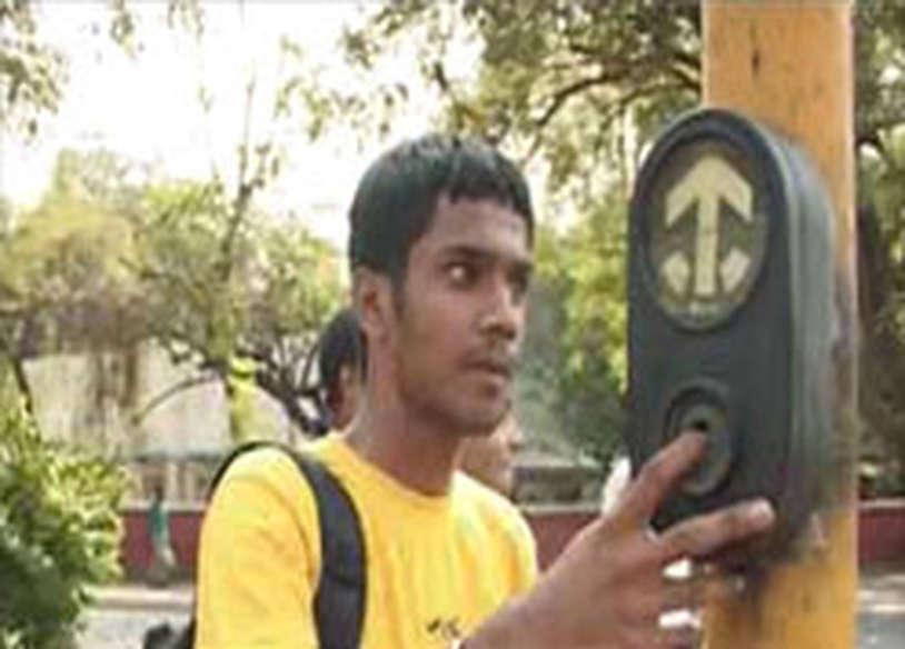 दिल्लीः पैदल यात्रियों के इशारों पर जलेगी रेड लाइट