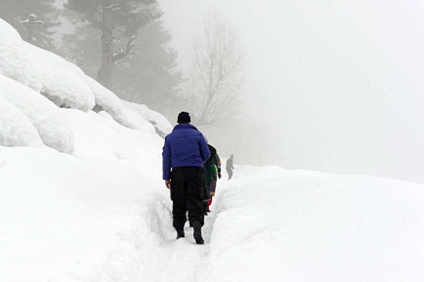 कश्मीर:  बर्फबारी में मां का शव कंधे पर लेकर चल रहा सेना का जवान, अब तक नहीं मिली मदद