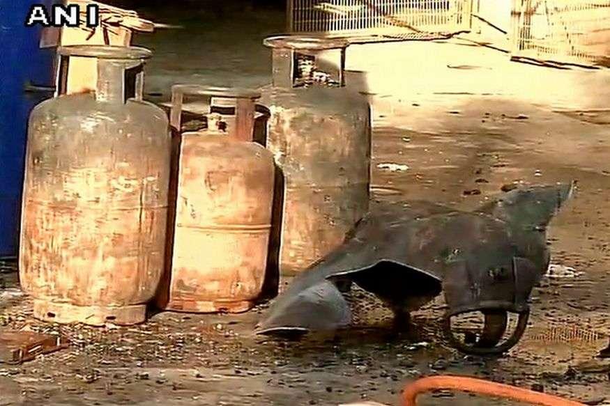दिल्ली: आग बुझाने के दौरान फटा सिलेंडर, 2 दमकलकर्मी की मौत, 2 घायल