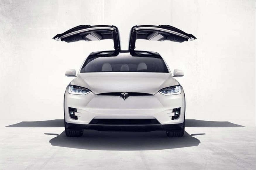 आपका ड्राइविंग एक्सपीरिएंस बदल देगी टेस्ला की ये इलेक्ट्रॉनिक कार